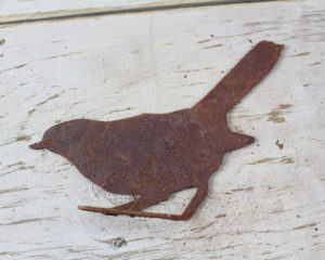 Rusty metal sitting bird (MB-8)